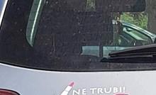 Ima opravdanje: Vozačica je na auto zalijepila naljepnicu koja će naživcirati mnoge muškarce