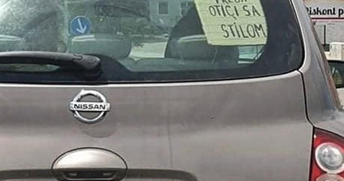 Lik iz Šibenika je u autu zalijepio čudnu poruku koja je nasmijala ostale vozače
