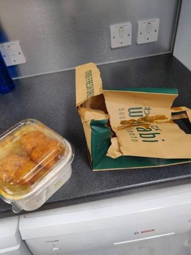 """""""Plastična vrećica mi je pukla, a moja curry piletina s rižom se 'razbacala' po kuhinji koju imamo na poslu."""""""