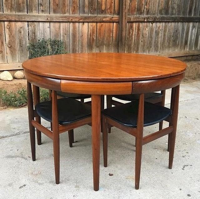 Stolice se savršeno uklapaju u ovaj stol.