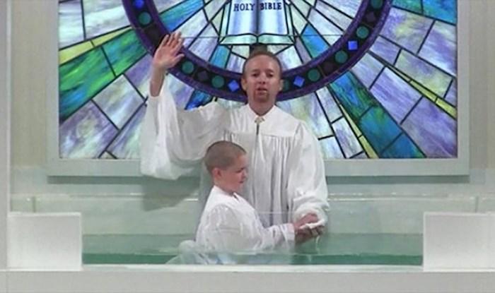 """VIDEO Krštenje dječaka je pošlo po krivu, zbog """"malih komplikacija"""" su se svi počeli smijati"""
