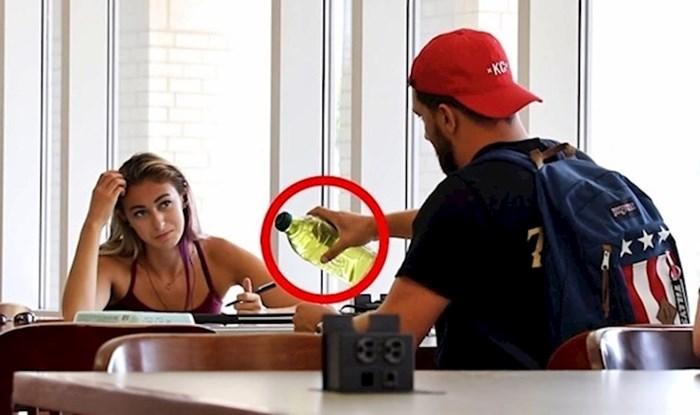 VIDEO Čudak je počeo pržiti jaja i meso u knjižnici, pogledajte kako su drugi reagirali
