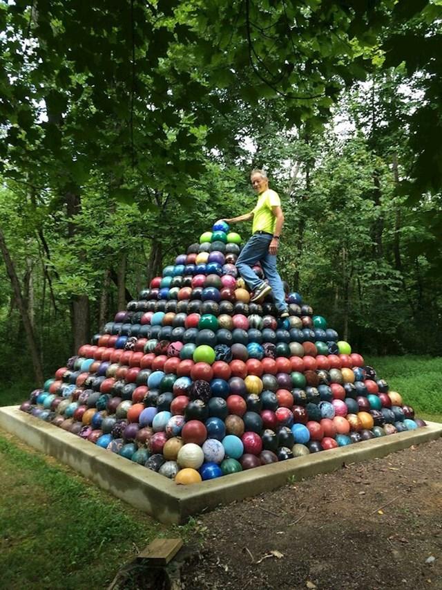 """""""Tata je u zadnjih 15 godina skupio 1785 kugli za kuglanje, od njih je napravio veliku piramidu."""""""