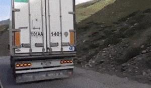 Majstori nisu gubili vrijeme: Vozač je pretjecao kamion, a onda je primijetio nešto čudno