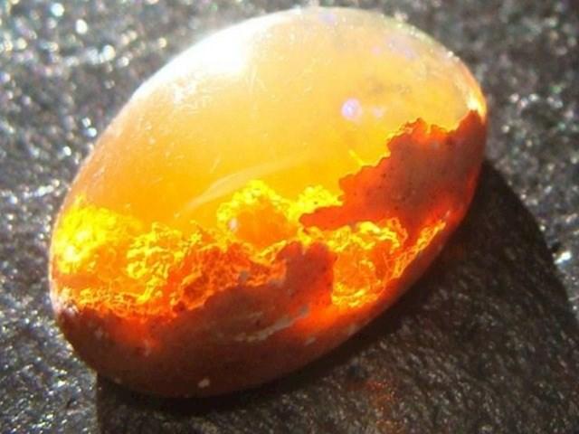 Opalni kamen koji izgleda kao zapaljeno jaje...
