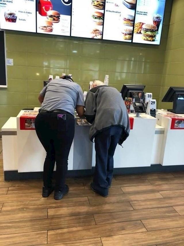 Ovaj djed nije mogao naći adresu na koju je trebao ići pa mu je pomogla voditeljica restorana brze prehrane.