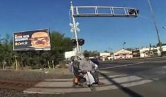 Policajka je podijelila šokantnu snimku u kojoj je u posljednji tren maknula invalida s tračnica