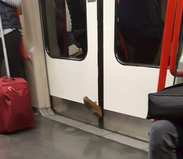 Vlasnik ove cipele nije imao dobar dan.