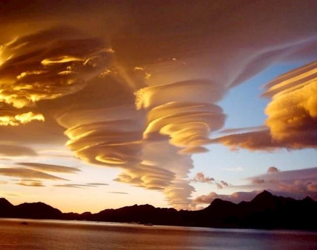 Lentikularni oblaci su stvarni iako izgledaju kao da su napravljeni u Photoshopu.