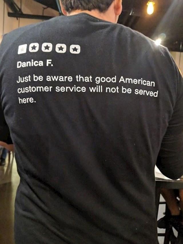 """""""Ovaj konobar na majici ponosni nosi negativan komentar koji su dobili na internetu."""""""