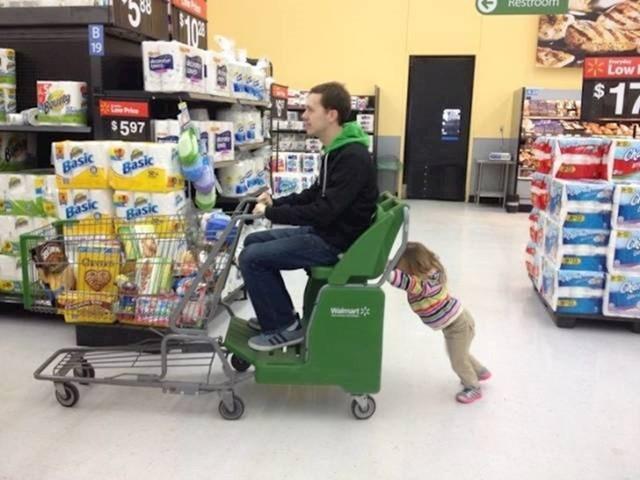 Tata je zamolio klinku da mu gura kolica. Pokušala je.