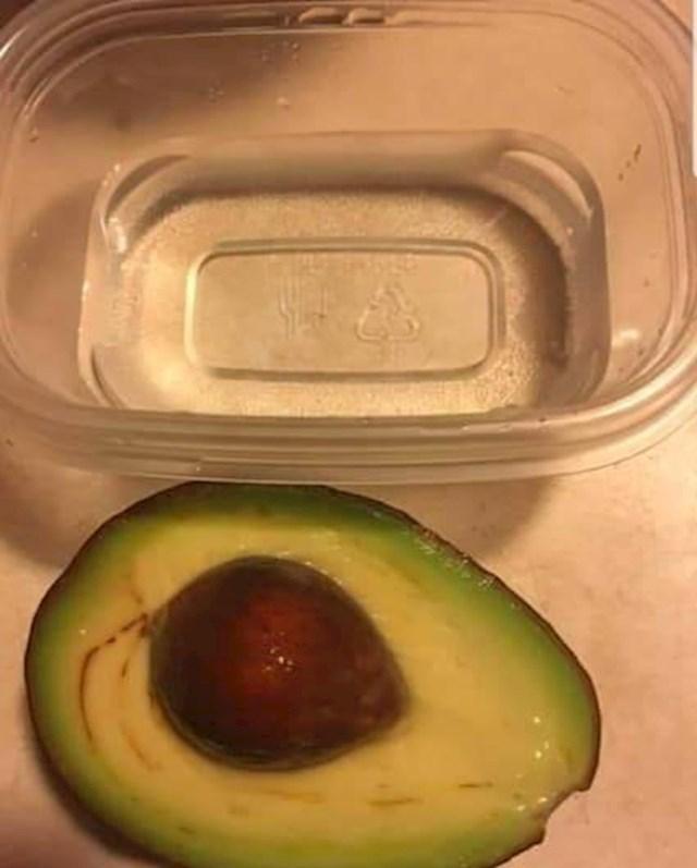 Načeli ste avokado i ne možete pojesti cijeli? Zaronite ga u posudicu s vodom kako biste spriječili njegovo brzo tamnjenje.