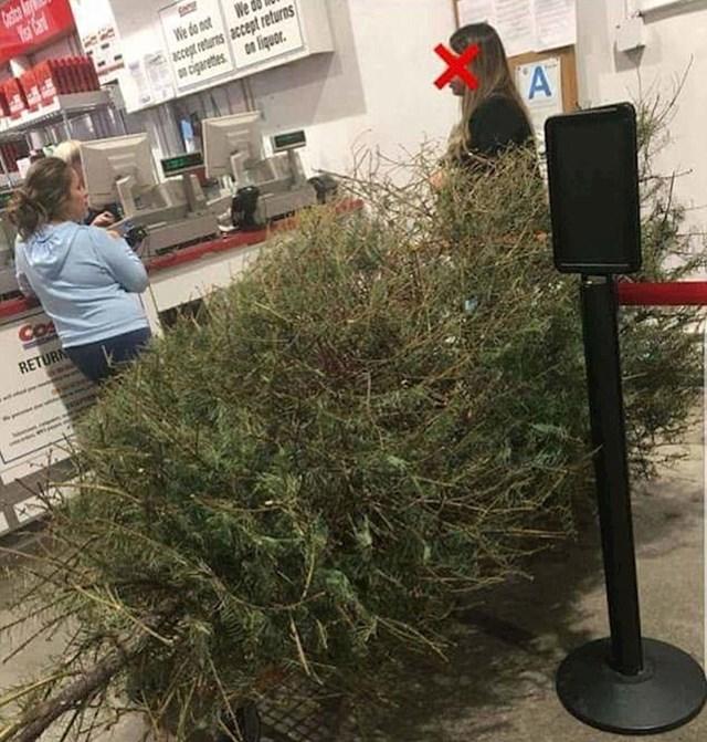 Ova žena se 4. siječnja vratila u trgovački lanac u kojem je kupila božićno drvce. Rekla je da želi povrat novca jer je dobila loše drvce.