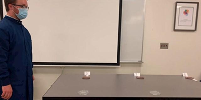 U drugom pokusu je provjerio širenje bakterija na sigurnosnom razmaku od 2, 4 i 6 stop (61 cm, 122 cm i 183 cm):