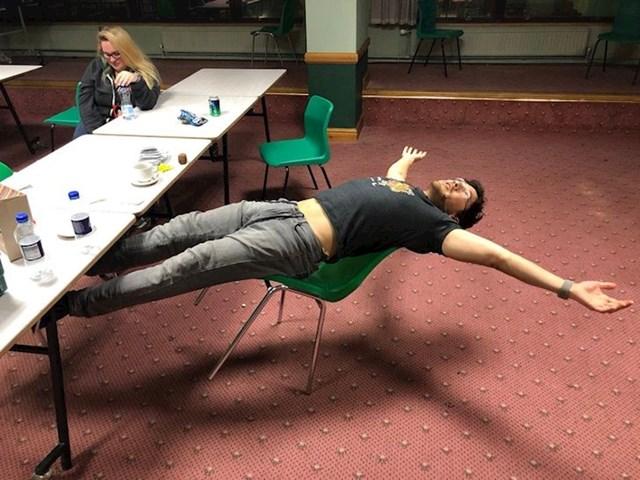 """""""Evo jedna slika za sve one profesore koji su mi zapovijedali da se prestanem igrati sa stolicom."""""""