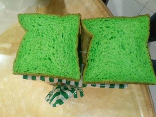 """""""Ovdje u Maleziji imamo tost koji je zelen zbog pandana, biljke koju pomiješaju u smjesu tijekom proizvodnje."""""""