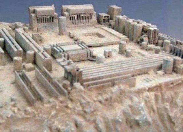 Prašinjava matična ploča koja izgleda kao drevni grad.