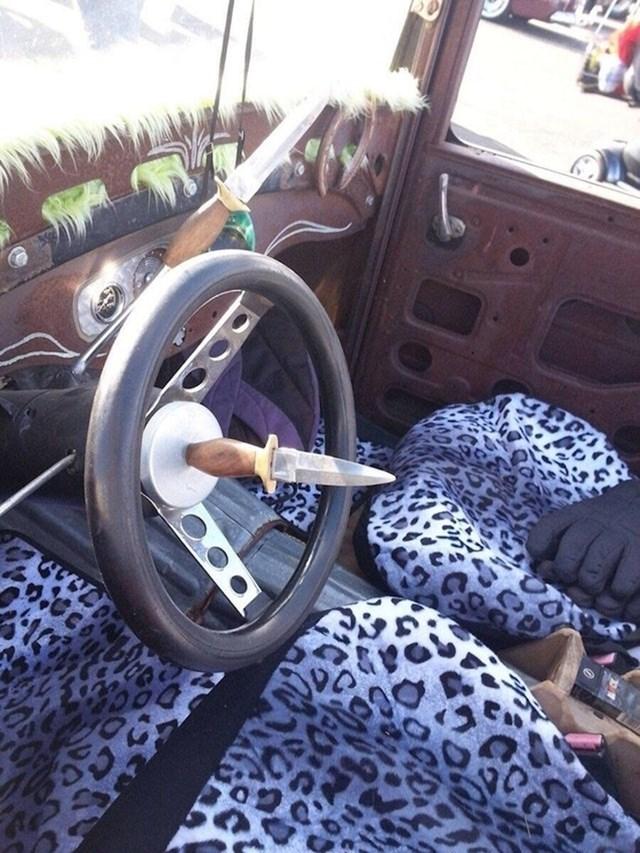 Ako želite voziti ovaj auto, morate biti jako pažljivi...