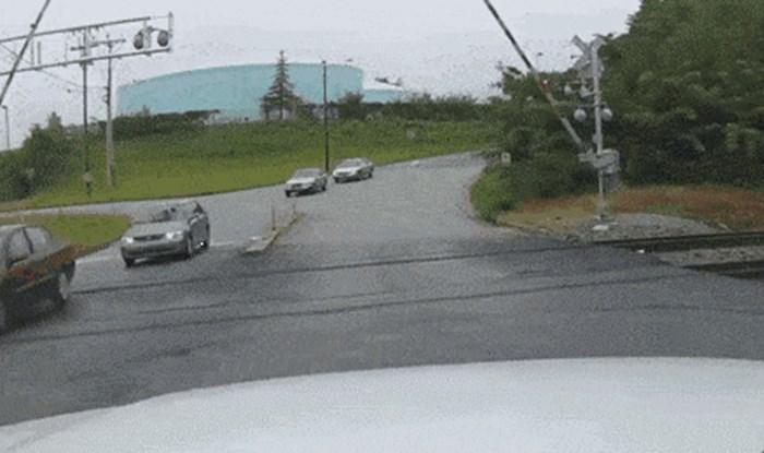 Vozača je uhvatila panika kad se rampa spustila dok je prelazio prugu, auto kamera je snimila strašan trenutak