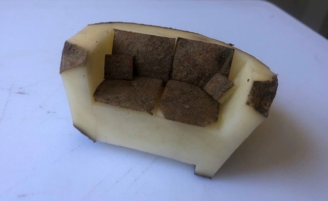 """""""Zaručnik me zamolio da dođem do kuhinje kako bi mi pokazao što je napravio - kauč od krumpira."""""""