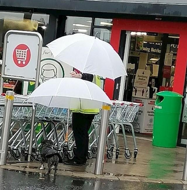 """""""Ovaj zaštitar je ispred supermarketa pazio da nečiji pas ne pokisne."""""""