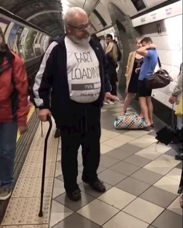 Ako razumijete ono što mu piše na majici, bježite! (Prdac mu se učitava)