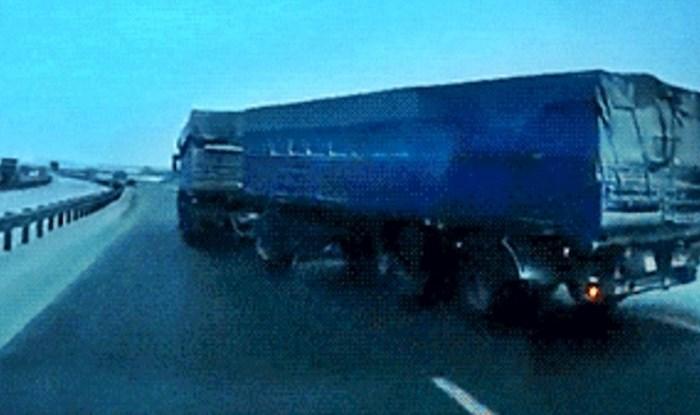 Kamion je na autocesti naglo prešao u drugu traku, vozač je snimio nevjerojatnu scenu