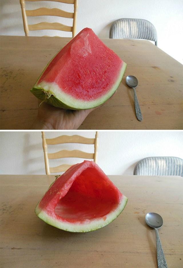 """""""Danas je bilo jako vruće. Brat mi je ponudio komad lubenice. Evo što me dočekalo. Ne znam trebam li se ljutiti ili biti impresioniran."""""""