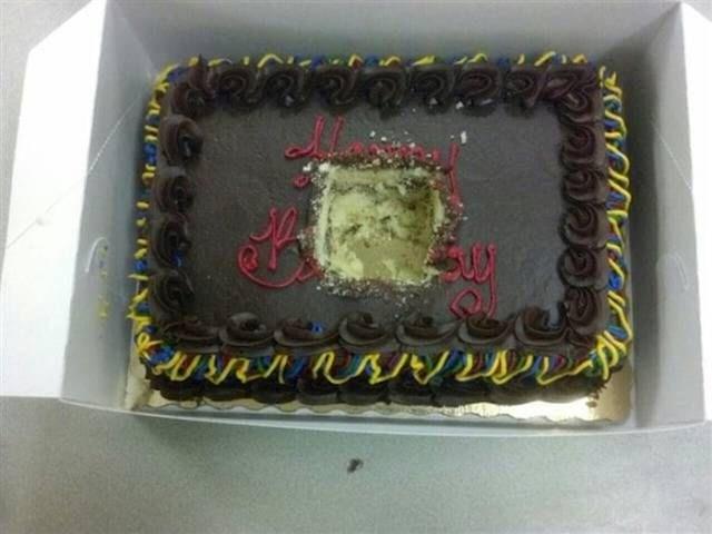 Nečija rođendanska torta je uništena.