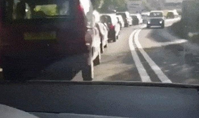 Došlo je dovile gužve na cestama, netko je snimio kako su dva vozača pronašla način da ubiju dosadu