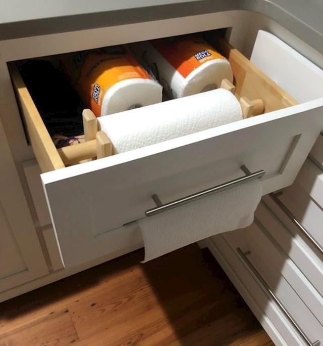 Ova ladica ima tanki otvori koji služi za spremanje i izvlačenje kuhinjskog papira.
