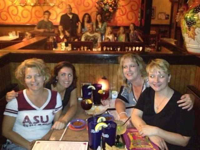 Grupa žena slikala se u restoranu, kasnije su primijetili nešto zanimljivo u pozadini...
