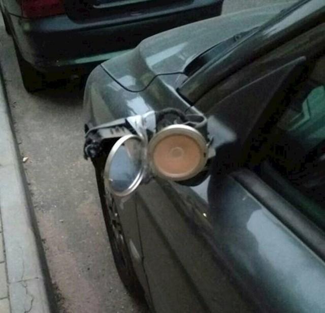 Žena je našla brzo zamjensko rješenje za razbijeni retrovizor.