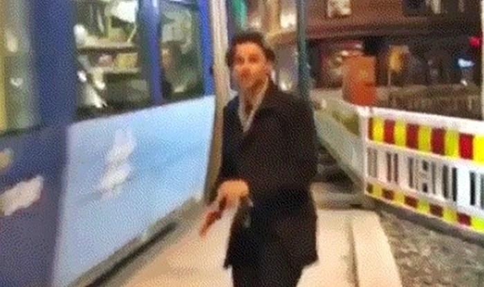 Ova tragikomična snimka pokazuje zbog čega ne smijete previše žuriti na tramvaj