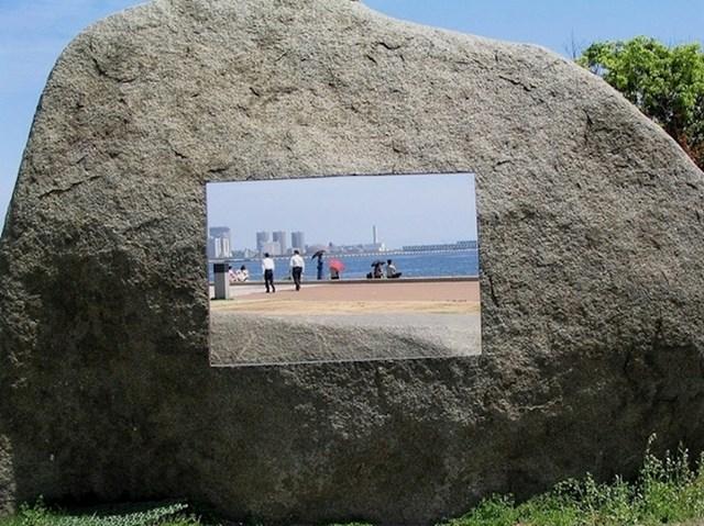 Ovo nije ni televizija ni nalijepljena slika nego rupa urezana u kamen.