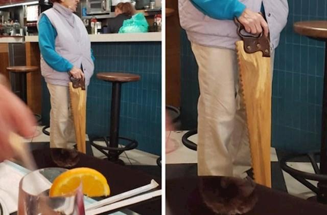 Ovo je više smiješno nego praktično, no morali smo ubaciti i ovaj primjer. 😁 Ova žena ima štap za hodanje u obliku pile.
