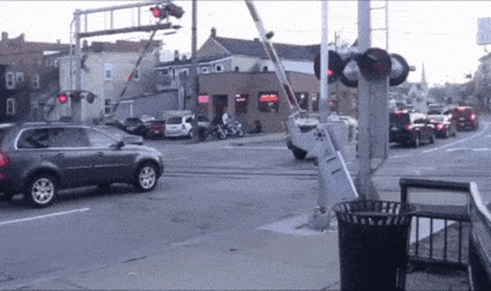 Suvozačica se uspaničarila kad je vidjela da je auto ostao na pruzi, morala je odmah reagirati