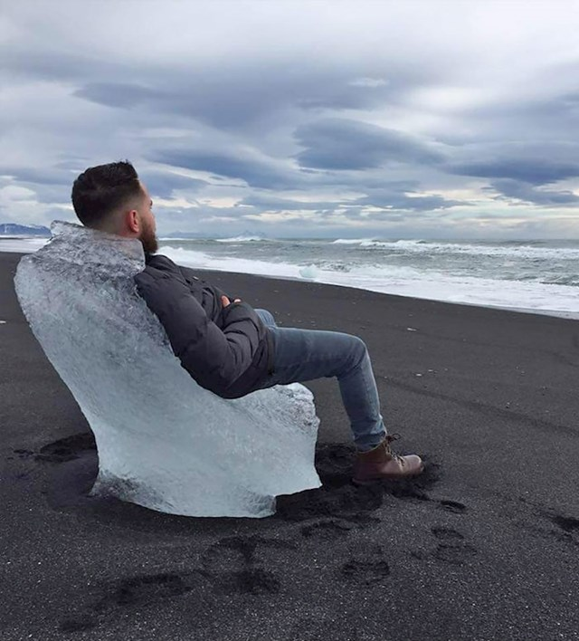 Mladić je na jednoj islandskoj plaži s crnim pijeskom ugledao komad leda koji izgleda kao fotelja.
