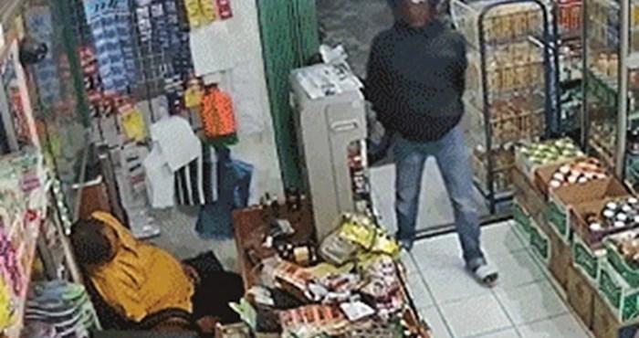 Nadzorna kamera snimila je nevjerojatno smotanog lopova dok je prodavač spavao