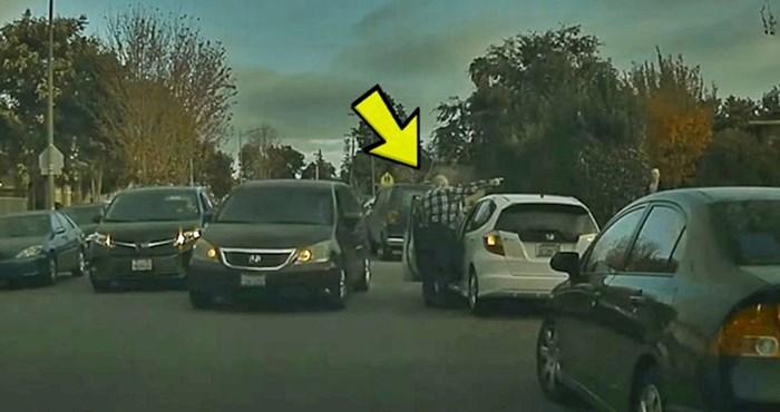 VIDEO U ulici je došlo do velike gužve, a onda se jednom starijem muškarcu dogodila urnebesna nezgoda