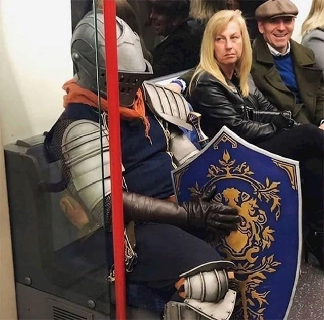 I ljudi u kostimima trebaju prijevoz. Kad uđu u tramvaj / bus / vlak, obično su glavna atrakcija. :)