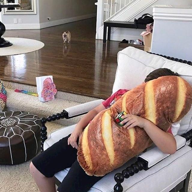 Jastuk koji izgleda kao kruh