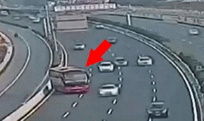 Vozač autobusa je propustio skretanje pa napravio nevjerojatnu glupost na autocesti