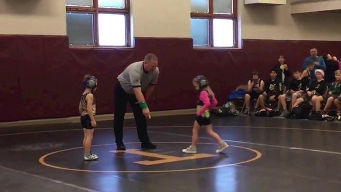 VIDEO Djevojčica je bila na natjecanju u hrvanju, dogodilo se nešto što je nasmijalo publiku