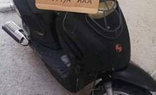 Dalmatinac smiješnim natpisom nagovara ljude da kupe njegov skuter