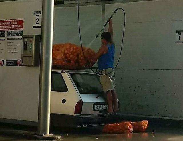 Ovaj čovjek je došao u samoposlužnu autopraonicu kako bi očisti krumpire.