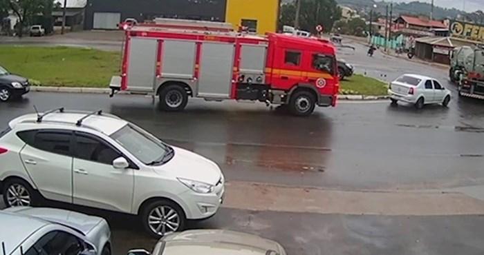 Nevjerojatna snimka pokazuje vatrogasno vozilo koje se našlo na pravom mjestu u pravo vrijeme
