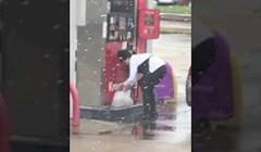 VIDEO Čovjek nije mogao vjerovati svojim očima kad je vidio ovu ženu na benzinskoj crpki, evo što je snimio