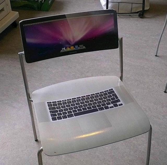 Svi automatski pažljivo sjedaju na ovu stolicu koja izgleda kao laptop.