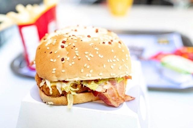 """""""Sljedeći je bio Chicken Bacon Onion. Ovaj burger nikad nisam vidio u SAD-u pa sam ga odlučio isprobati. Ovo je bilo već puno bolje. Pecivo s lukom išlo je dobro uz piletinu koja je izgledala kao ogroman McNugget. Slanina je bila malo 'mlitava', ali hrskavi luk na vrhu dodao je hrskavu teksturu koju sam tražio."""""""